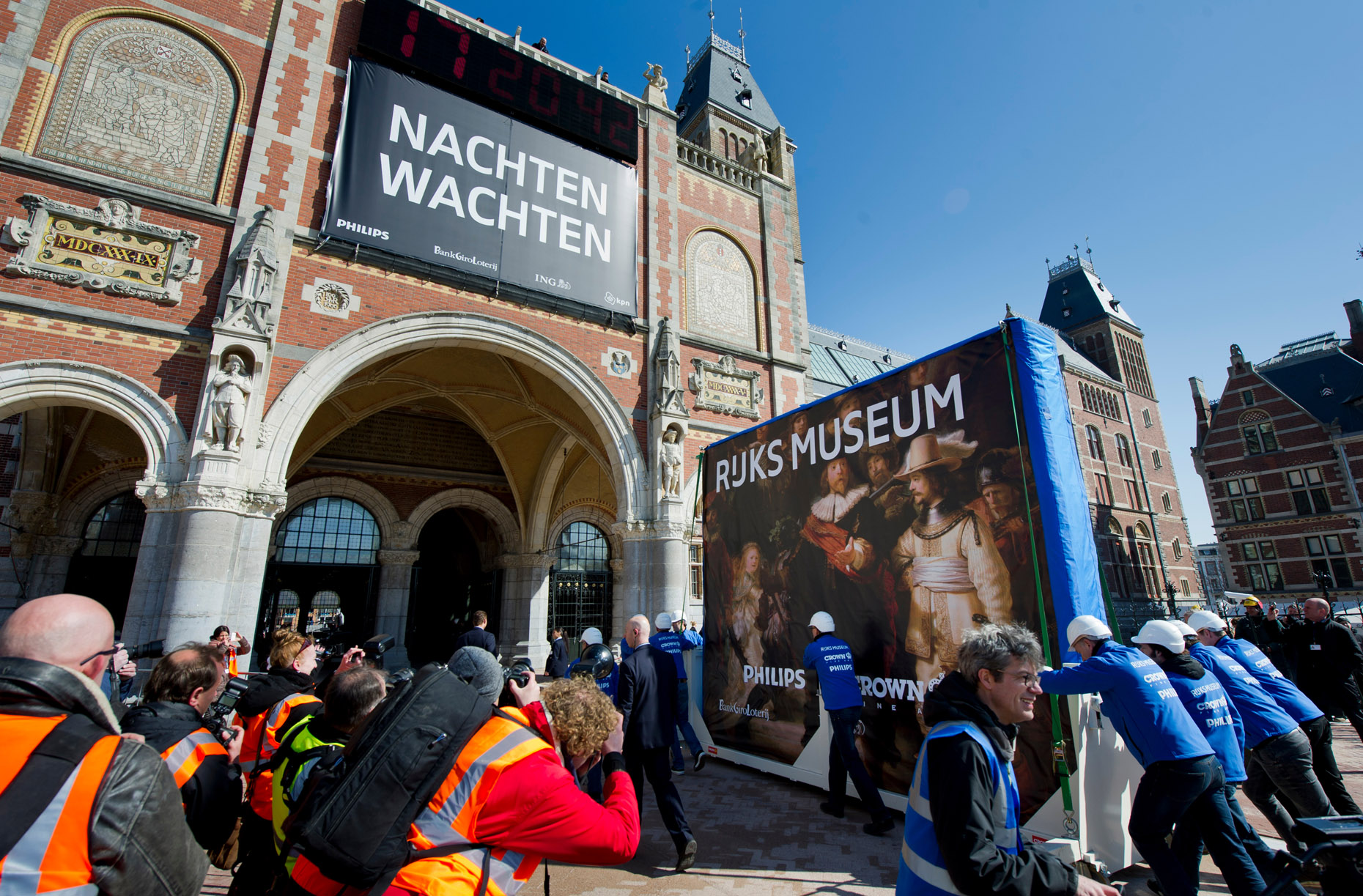 the_famous_Night_Watch_painting_was_moved_to_its_permanent_place_in_the_Rijksmuseum